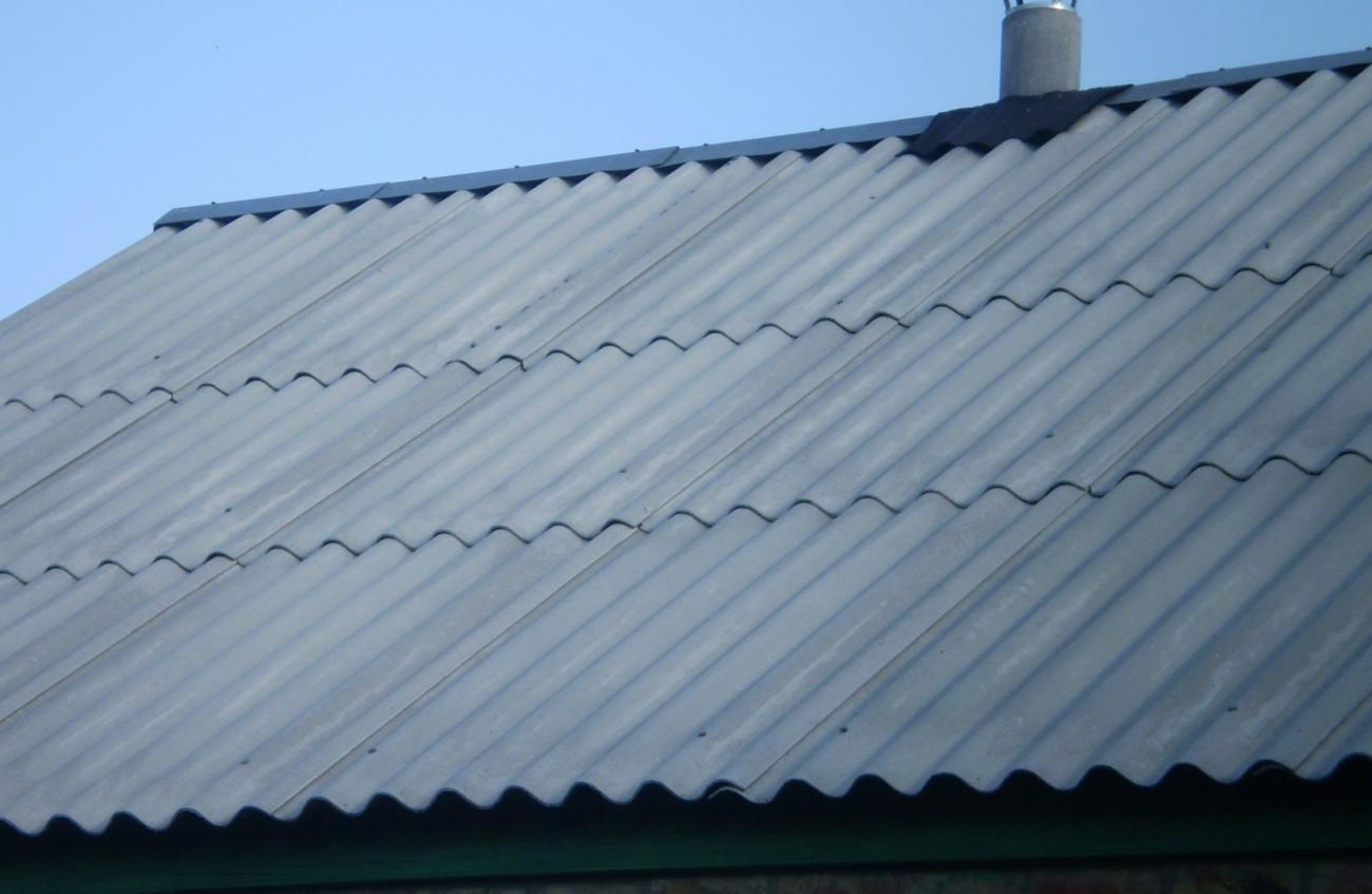 Перекрытие крыши шифером.